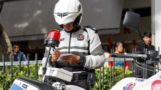 https://mk0muggleheadfl9s2sr.kinstacdn.com/wp-content/uploads/2021/04/Singapore-is-the-worst-place-in-the-world-to-smoke-weed-police-officer-issuing-ticket-640x360.jpg